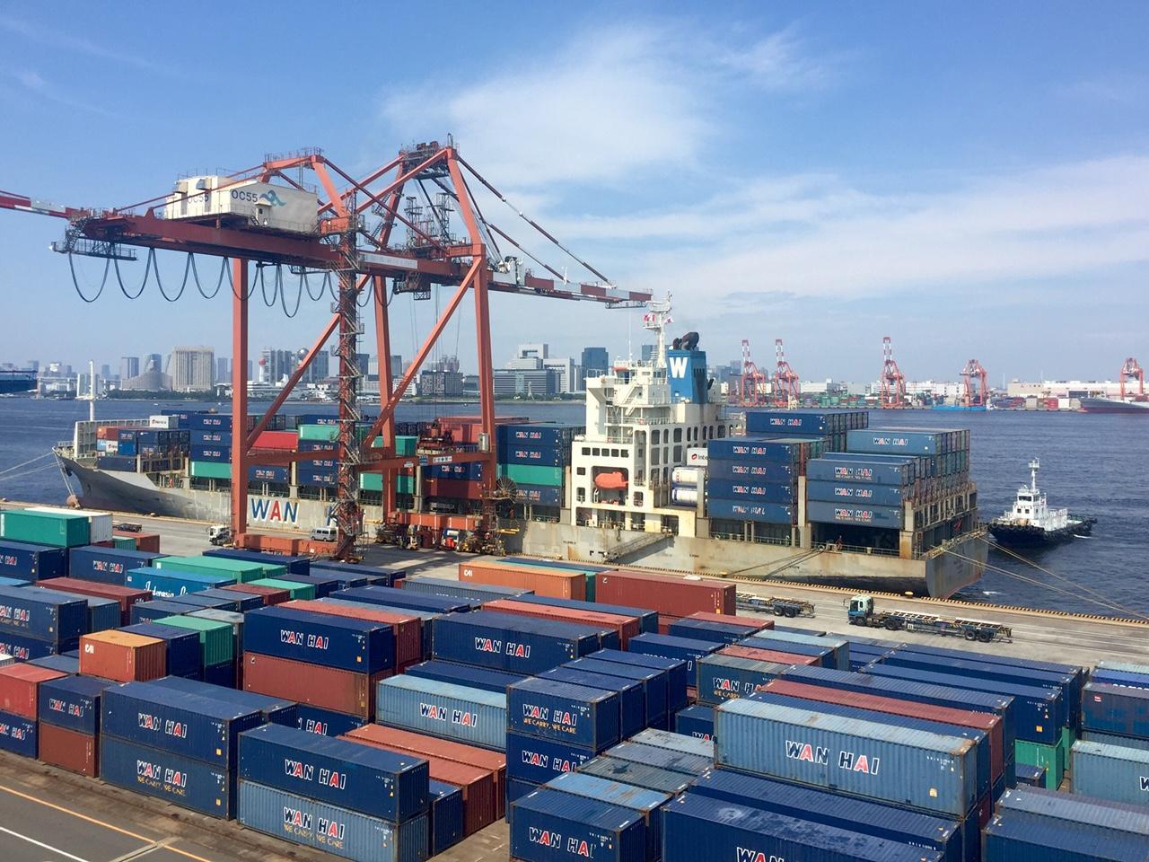 本船運航管理、ターミナル重機の管理と部品在庫管理要員一名